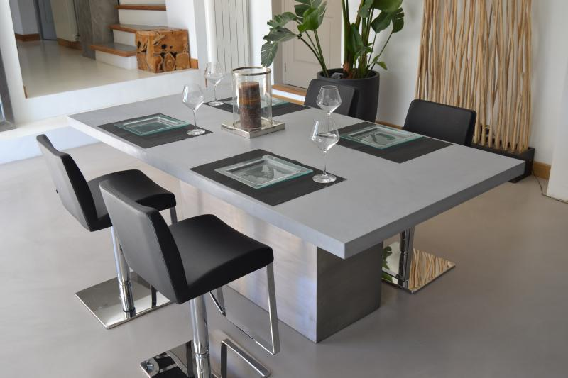 Galaxy line 2 table a manger b ton et acier design for Table salle manger taupe