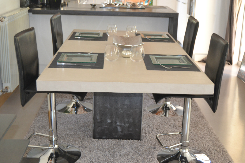 Galaxy line table b ton et pied central acier design for Table de salle a manger pied central